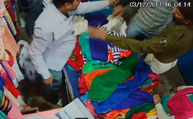पैसा मांगने पर पुलिसवालों ने पहले दुकानदार को धमकाया फिर की पिटाई, CCTV में कैद हुई घटना