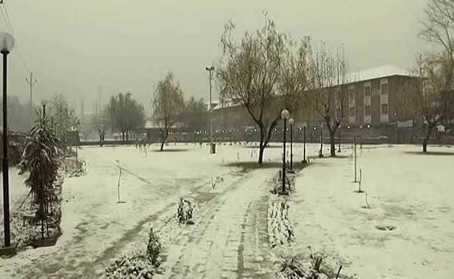 Snowfall blankets Kashmir, Jammu-Srinagar National Highway closed