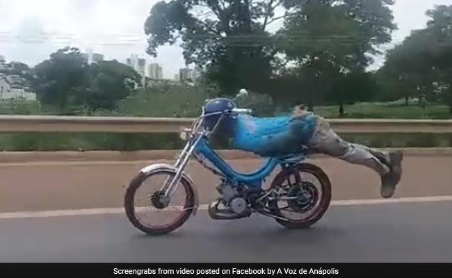 'सुपरमैन' बनना चाह रहा था ये शख्स, बाइक पर लेटकर कुछ ऐसे चलाई बाइक और फिर...