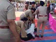 मंच के नीचे चिल्लाती रही BSF के शहीद जवान की बेटी लेकिन नहीं मिले गुजरात के सीएम रुपाणी, राहुल ने ट्वीट कर साधा निशाना