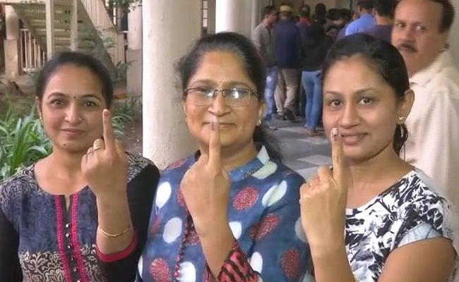 PHOTOS : गुजरात विधानसभा चुनाव के पहले चरण के लिए वोटिंग, लोगों में गजब का उत्साह