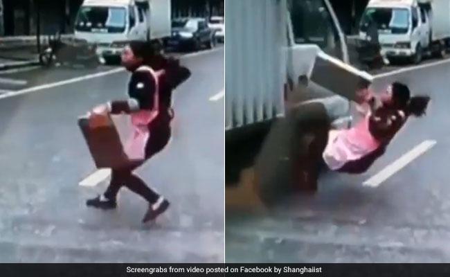VIDEO : तेज रफ्तार ट्रक के नीचे आ गई यह महिला, मौत से इंच भर की दूरी का हैरान करने वाला नजारा