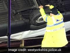 इस पुलिस अधिकारी ने ब्रिज पर झूलते ट्रक को हाथों से रोककर बचाई ड्राइवर की जान, फोटो हो रही है वायरल