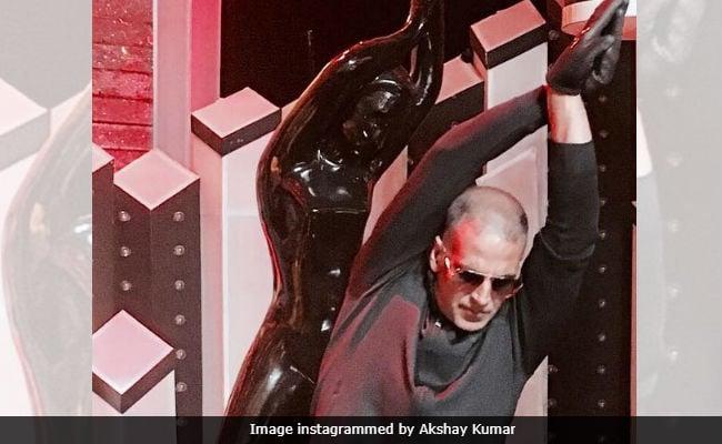 Akshay Kumar Trying To Pose Like The Filmfare Award Is Major ROFL