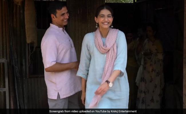 Akshay Kumar की हरकतों से परेशान 'पैडमैन' की टीम: छुपाते हैं एक्ट्रेस का फोन, ये रहा सबूत