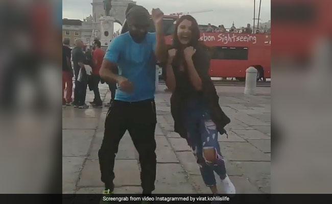 साउथ अफ्रीका में बीच सड़क पर अनजान लड़के के साथ नाचने लगीं Anushka Sharma, वीडियो हुआ Viral