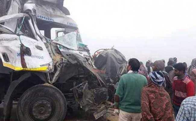 घने कोहरे में ऑटो-ट्रक की भीषण टक्कर, पिता-पुत्री समेत तीन की मौत