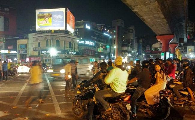 सड़कों पर हंगामा करने के आरोप में बेंगलुरू पुलिस ने 60 को किया गिरफ्तार