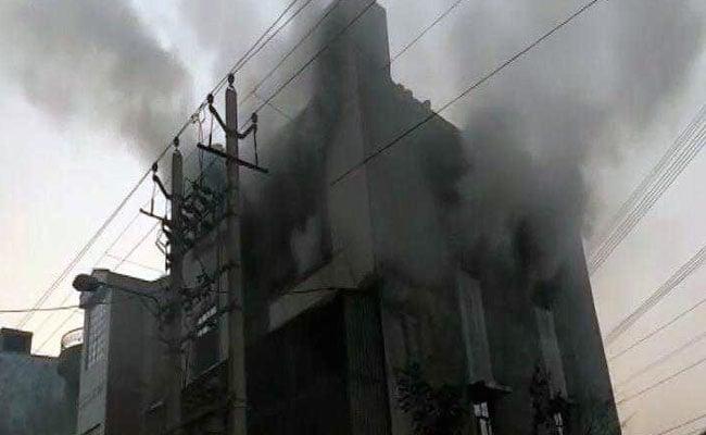 दिल्ली : प्लास्टिक कारखाने में लगी भीषण आग में 17 की मौत, कुछ ने तीसरी मंजिल से कूद बचाई जान