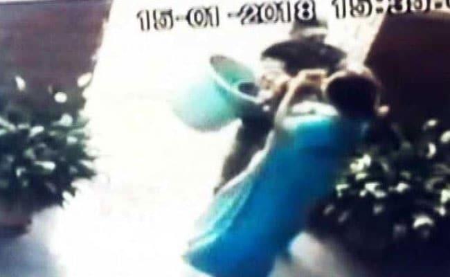 बेंगलुरु में चेन लुटेरे से भिड़ी महिला का वीडियो वायरल