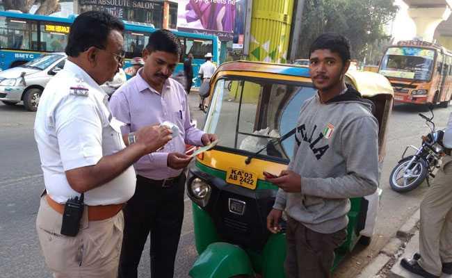 बेंगलुरु : पुलिस ने मनमानी करने वाले ऑटो और कैब वालों को इस तरह दबोंचा