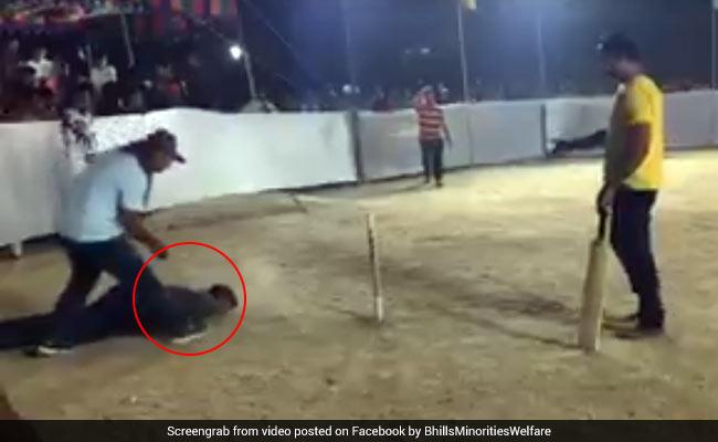 क्रिकेट मैच में अचानक हुई गेंदबाज की मौत, देखें दिल दहला देने वाला वीडियो