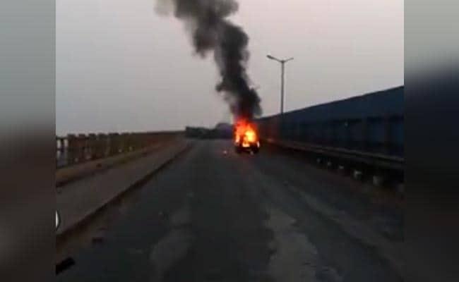 मध्य प्रदेश : सीहोर जिले में इंदौर-भोपाल मार्ग पर कार में आग, 3 की मौत