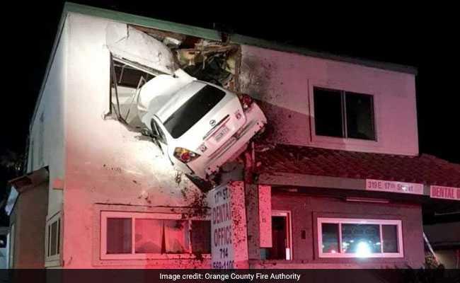 हुआ ऐसा हादसा, हवा में उड़कर बिल्डिंग की दूसरी मंजिल में जा घुसी कार