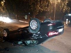 दिल्ली: कार चलते वक्त मोबाइल पर बात करने से हुआ हादसा, एयर बैग की वजह से बचे पति-पत्नी