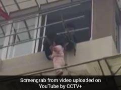 Shocking Video: बिल्डिंग की तीसरी मंजिल पर लटकी हुई थी बच्ची, शख्स ने पकड़ा और...