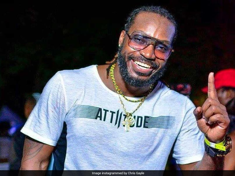 IPL 2018: Chris Gayle Gives Victory Sign To Kings XI Punjab Mentor Virender  Sehwag