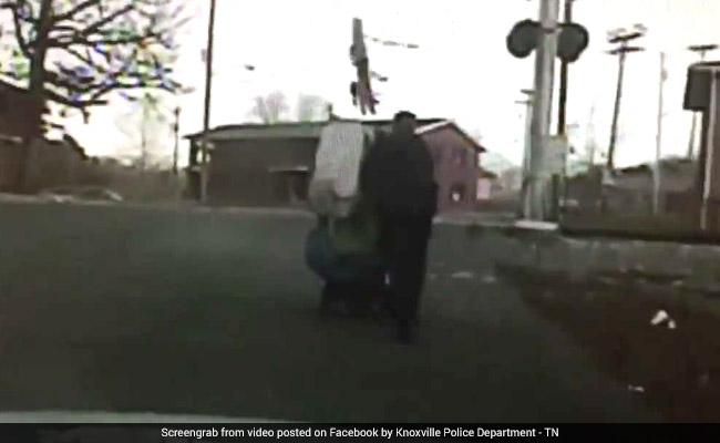लाचार महिला की मदद कर हीरो बना पुलिसवाला, लोग बोले- हम LUCKY हैं कि आप हो