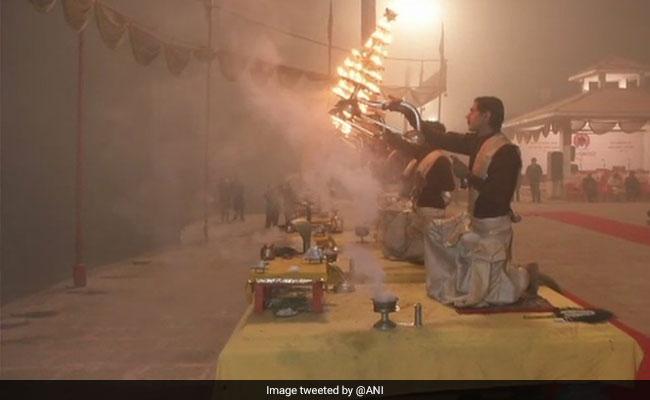 नए साल पर वाराणसी में विशेष गंगा आरती देखने उमड़े लोग, मुंबई के सिद्धिविनायक मंदिर में श्रद्धालुओं ने लिया आशीर्वाद
