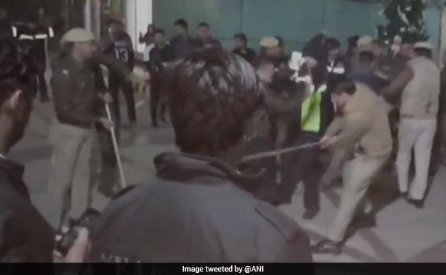 गुरुग्राम: मॉल में एंट्री को लेकर पुलिसवाले को युवक ने मारा थप्पड़, फिर चली लाठियां, देखें वीडियो