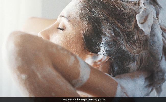 ठंडा या गरम? जानें कैसे पानी से धोने पर आपको मिलेंगे लंबे और खूबसूरत बाल