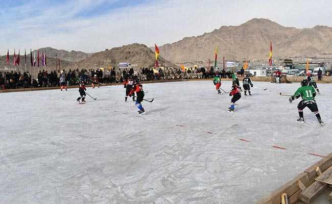 देश के इस कोने में शून्य से 20 डिग्री नीचे तापमान में बर्फ पर हो रहे हॉकी मैच
