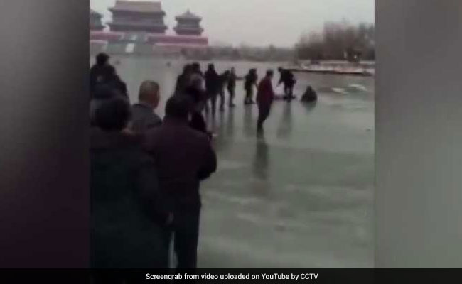 People Form 82-Foot-Long Human Chain On Thin Ice To Save Drowning Family