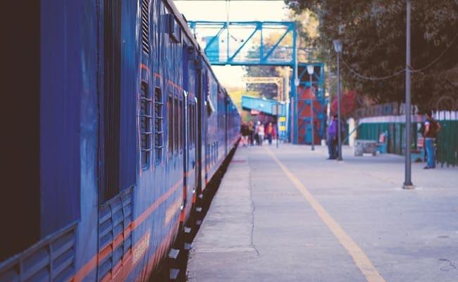 उत्तर प्रदेश : जौनपुर में महिला तीन बच्चों के साथ ट्रेन के सामने कूदी