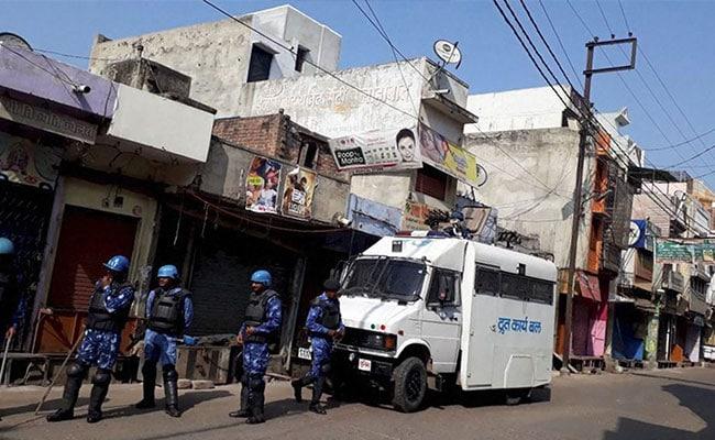 कासगंज हिंसा : जिलाधिकारी पर फूटा चंदन के परिवार का गुस्सा, 'मुआवजा नहीं, शहीद का दर्जा दो'