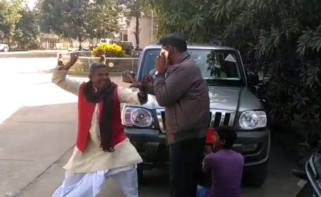 झारखंड में बीजेपी नेता ने गाड़ी से नेमप्लेट हटवाने गए DTO से की मारपीट, हुआ गिरफ्तार