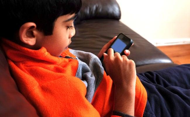 बच्चों को देना चाहते हैं मोबाइल फोन? तो ये है सही उम्र और तरीका