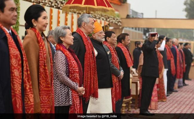 दिल्ली : गणतंत्र दिवस समारोह का मंच ऐसे बना, फूल हॉलैंड के और छत खिसकने वाली