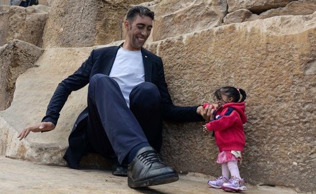 जब दुनिया के सबसे लंबे आदमी और सबसे छोटी महिला को देखने के लिए उमड़े लोग