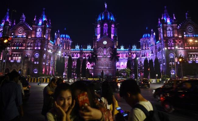 पूरा देश नए साल के जश्न में डूबा, सोशल मीडिया में शुभकामना संदेशों की 'बाढ़'