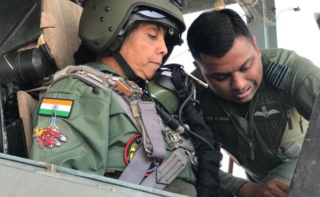 सुखोई-30 लड़ाकू विमान में निर्मला सीतारमण ने भरी उड़ान, ऐसा करने वाली पहली महिला रक्षामंत्री बनीं