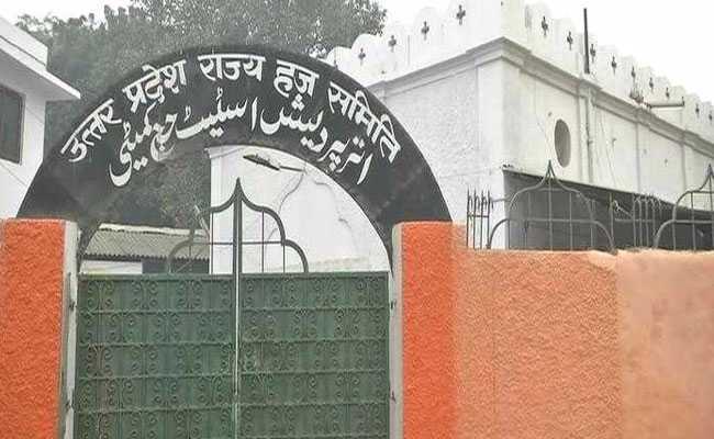 स्कूलों, थानों के बाद योगी सरकार ने लखनऊ के हज दफ्तर पर भी भगवा रंग चढ़ाया