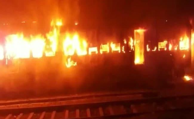 मालगाड़ी के इंजन में लगी आग, फर्रूखाबाद रेल मार्ग पर यातायात बाधित