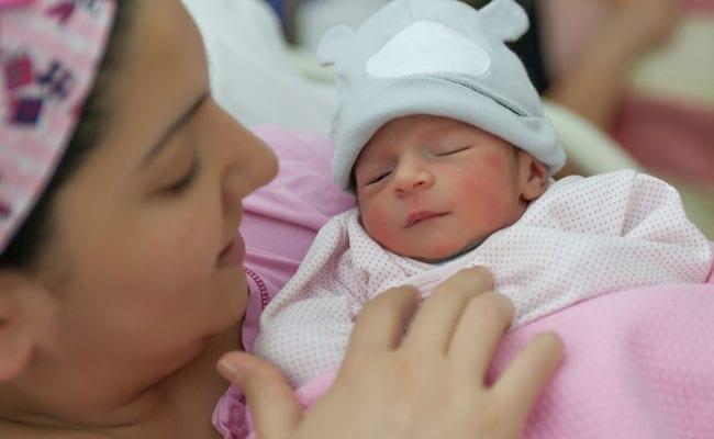 नॉर्मल नहीं C-Section से पैदा हो रहे हैं बच्चे, जानें क्यों महिलाएं चुन रही हैं सिजेरियन डिलीवरी