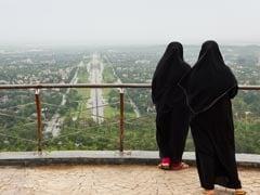 बुर्का पहने महिलाएं मस्जिद के प्रांगण में खेल रही थीं एक गेम, फोटो वायरल, विवाद