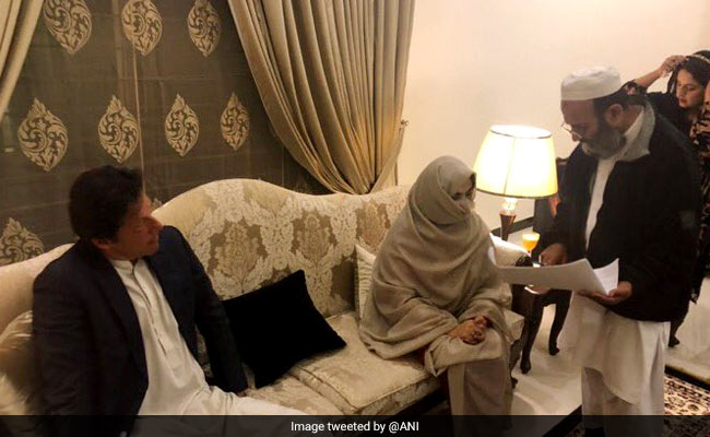 पांच बच्चों की मां हैं इमरान खान की तीसरी पत्नी बुशरा मनेका, जानें उनके बारे में सबकुछ