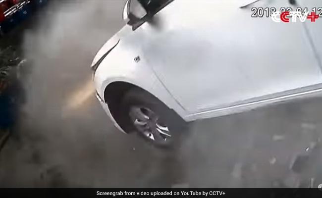 दूसरी मंजिल की पार्किंग से नीचे गिरी कार, फिर हुआ कुछ ऐसा जिसे देखकर चौंक जाएंगे आप