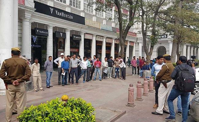दिल्ली के कनॉट प्लसे में युवक को सरेआम मारी गोली, आरोपी फरार