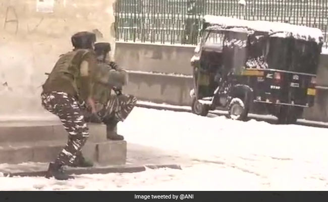 श्रीनगर: CRPF कैंप पर हमला करने आए आतंकी इमारत में छिपे, ऑपरेशन जारी, एक जवान शहीद