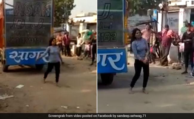 बॉयफ्रेंड ने दिया धोखा तो लड़की ने लड़के के घर के बाहर किया डांस, वीडियो हुआ वायरल