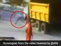 Gujarat: आदमी के सामने तेज रफ्तार में आया डम्पर, देखिए ये खतरनाक वीडियो