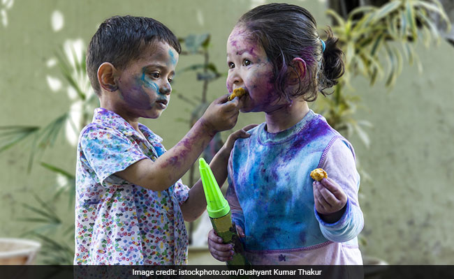 Holi 2018: 3 Reasons Why We Crave Fried Foods And Snacks On Holi!