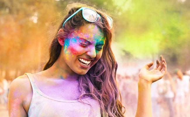 Holi 2018: होली की ऐसी रोमांटिक शायरी जो माहौल को बना देगी और भी रंगीन