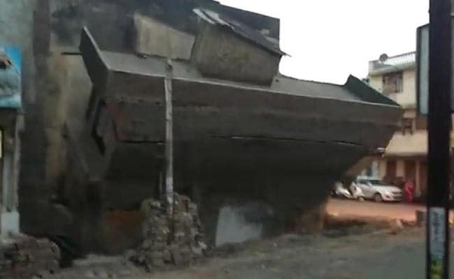 मध्य प्रदेश के शुजालपुर मंडी में आंखों के सामने भरभराकर गिरा बुजुर्ग दंपत्ति का मकान