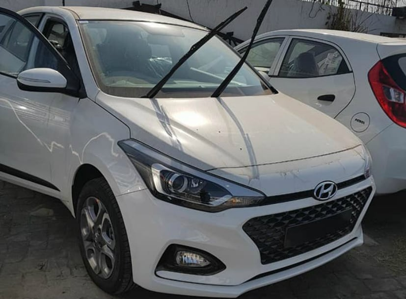 hyundai i20 facelift spotted completely undisguised before. Black Bedroom Furniture Sets. Home Design Ideas