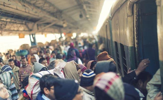 मुंबई के कुर्ला रेलवे स्टेशन पर गिरी दीवार, 4 लोग घायल